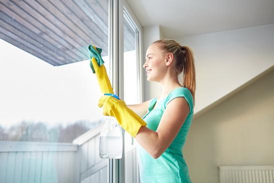 Kvinna putsar fönster