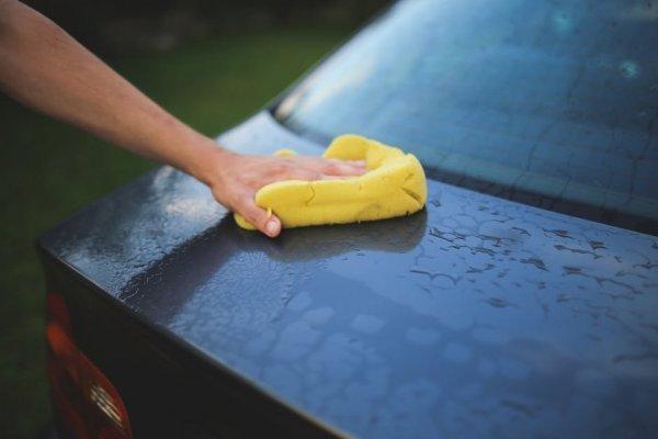 tvättar bil