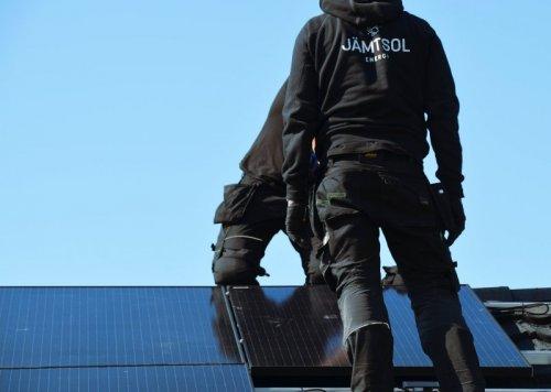 Vi installerar solpaneler och solceller på alla typer av tak.