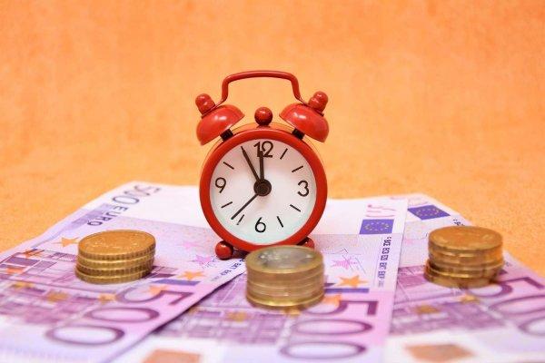 Bild på klocka och pengar