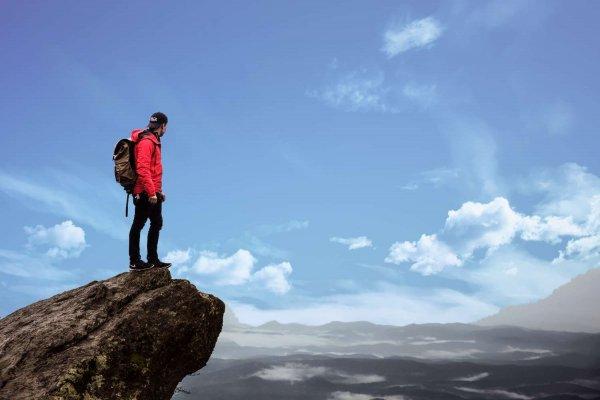 Bild på en man som står på en klippa