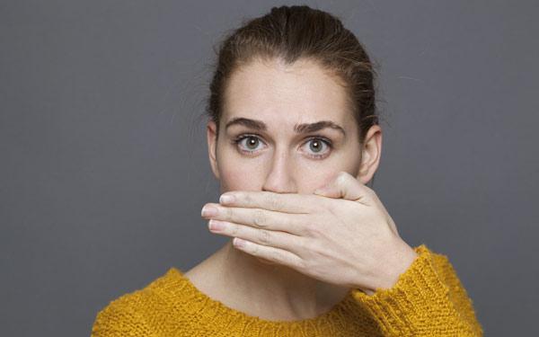 kvinna med dålig andedräkt