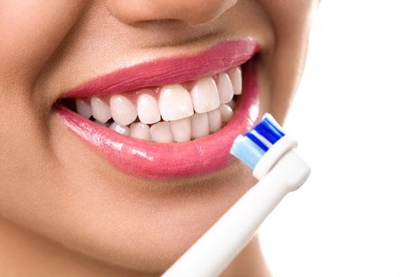 borsta tänderna med eltandborste