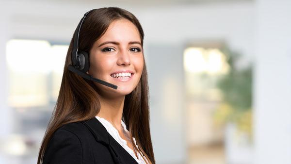 kvinna svarar i telefon med headset