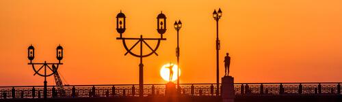 幣舞橋の夕日と四季の像