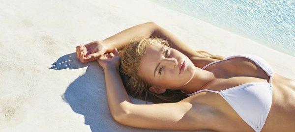 ung kvinna som solbadar