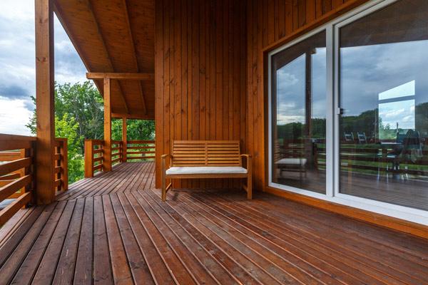 svenskt fritidshus i trä. minimalistisk stil