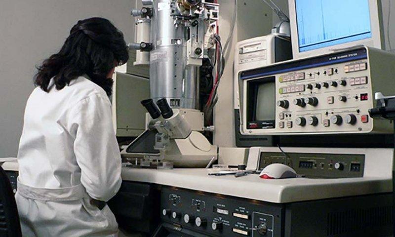 Asbestsanering i Södermanland, testning i labb.