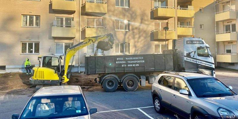 Vi har gott om egna maskiner och bilar när vil lägger asfalt i Kristinehamn.