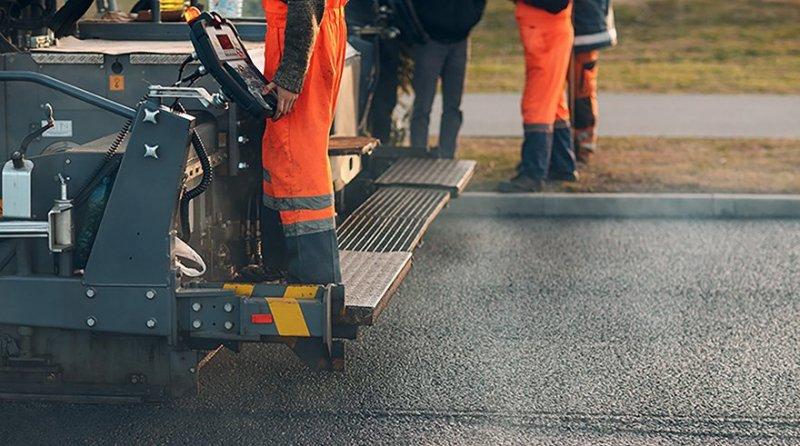 Man lägger ny asfalt i Göteborg.
