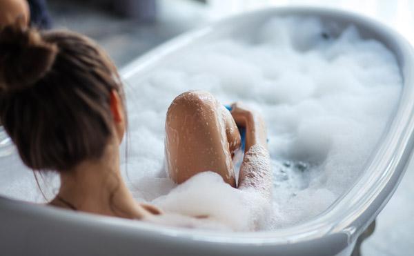 kvinna i badkar