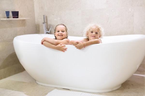 barn i badkar
