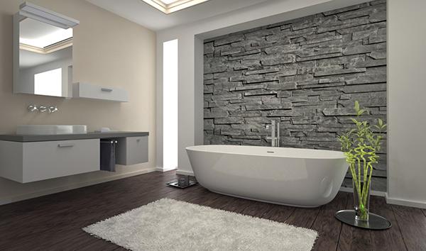 modernt badrum med stenvägg