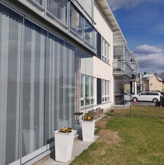 Vi utför balkonginglasning i Örebro med solskydd.