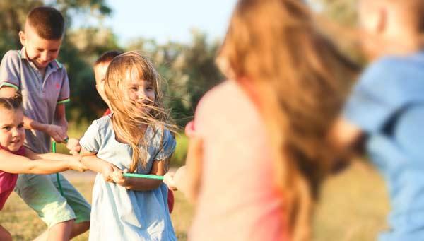 glada barn som leker