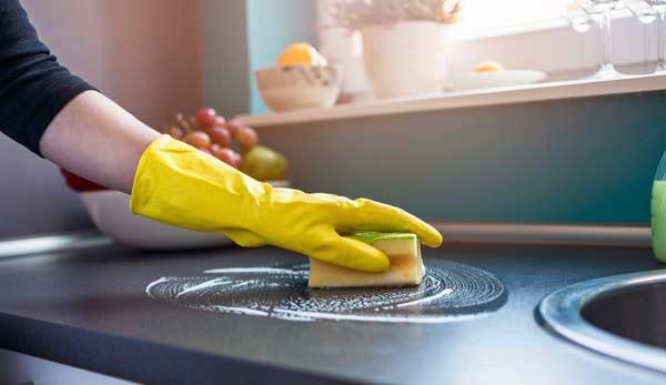 kvinna som städar köket