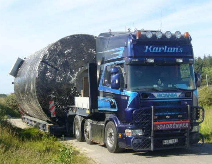 Vi utför även specialtransporter av större gods som tankar, silos, vagnar, industrimaskiner osv.
