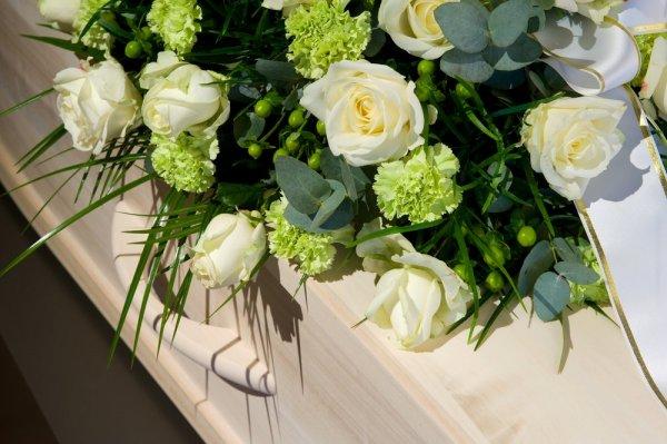 Kista med vita blommor på