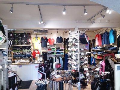 Ny led spotlight på skena i golfbutik