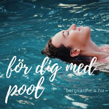 Använd din bergvärmepump för att värma upp poolen. På bilden syns en person badandes i pool