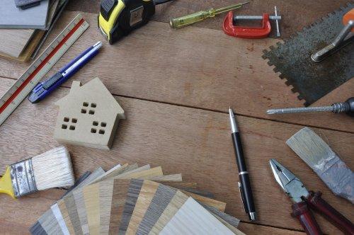 Bra kunskap och länkar för hus och hem. Bilden visar olika verktyg kopplade till hus, som målarpensel, måttstock och liknande.