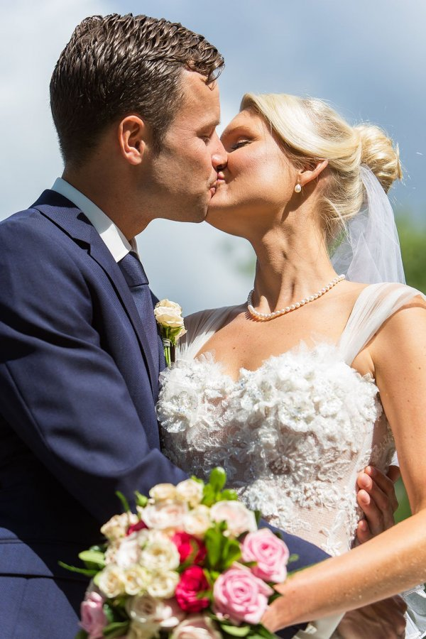 /webb_kyss_och-brudbukett.jpg