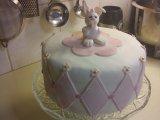 Tårta med rutor och en liten kanin