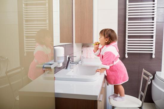 Flicka borstar tänderna