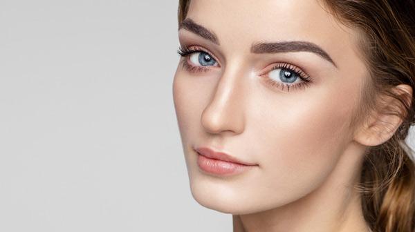 kvinna med vackra ögonbryn