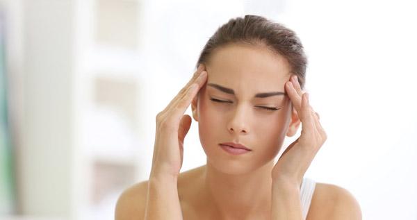 ung kvinna med migrän
