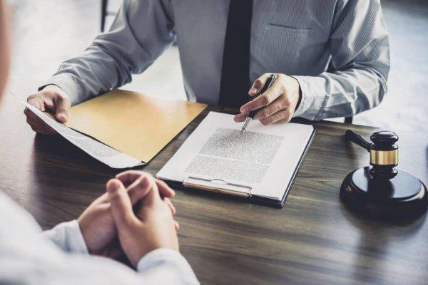 Brottmålsadvokat går igenom fall med klient