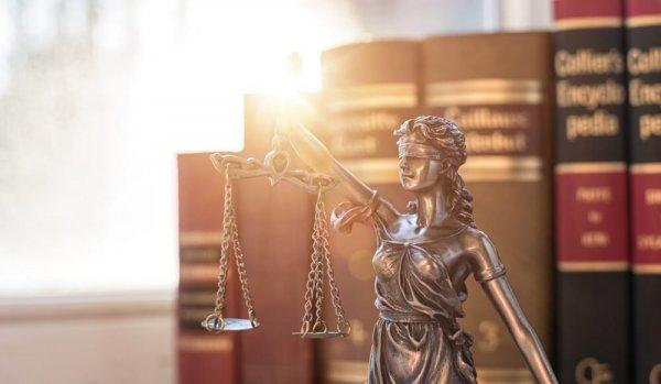 Miniatyr av Fru Justitia framför lagböcker