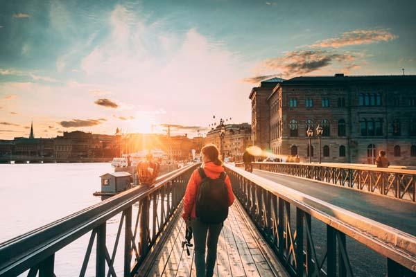 ung kvinna som går omkring i Stockholm