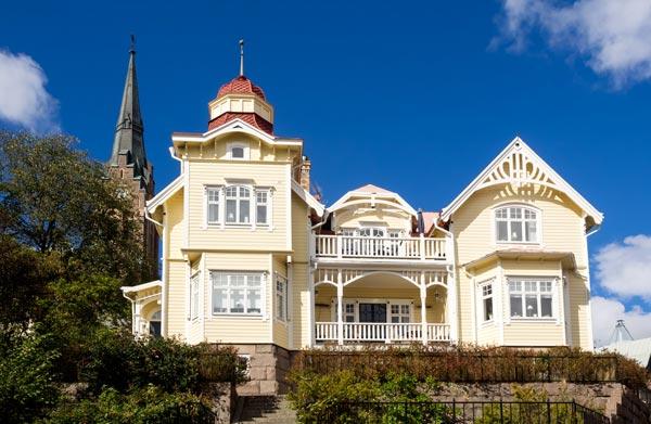gult hus med torn