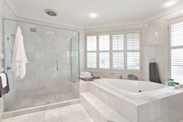 Ljust modernt badrum