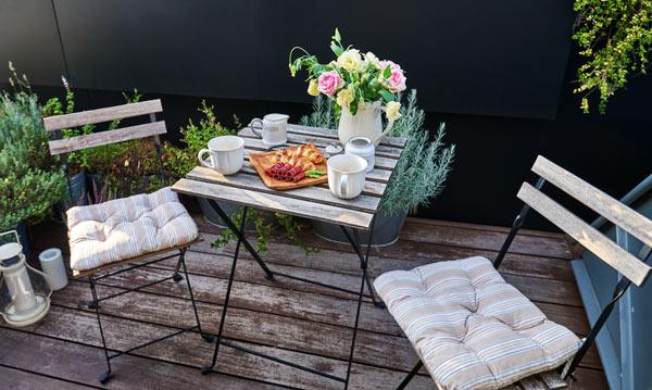 lite cafébord me stolar på balkong