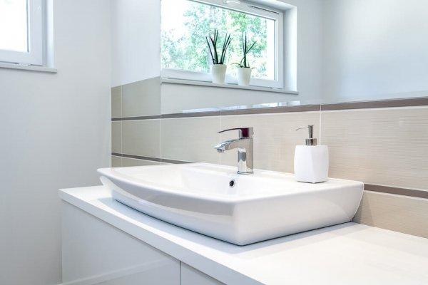 handfat i ljust, modernt badrum