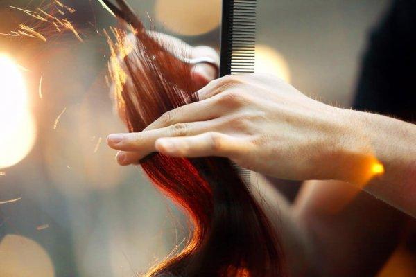 Frisör klipper hår