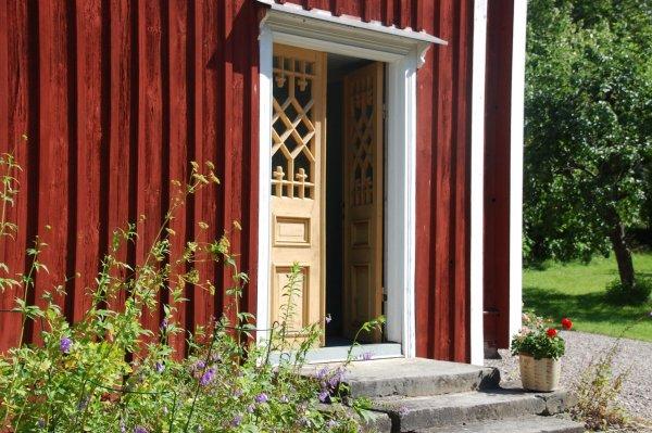 rött hus med gula dörrar