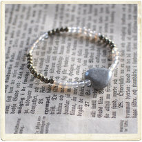 Armband, grått stenhjärta