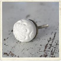 "Klotrund, vit knopp med reliefmönster ""blomma"""