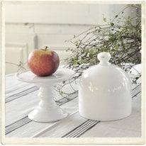 Fat på fot med keramikklocka i vit keramik