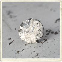 Shabby metallknopp med vågig kant, beige