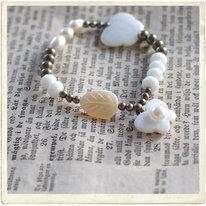 Armband, vit pärlemor & mässing