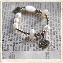 Armband, vit pärlemor & mässingshängen