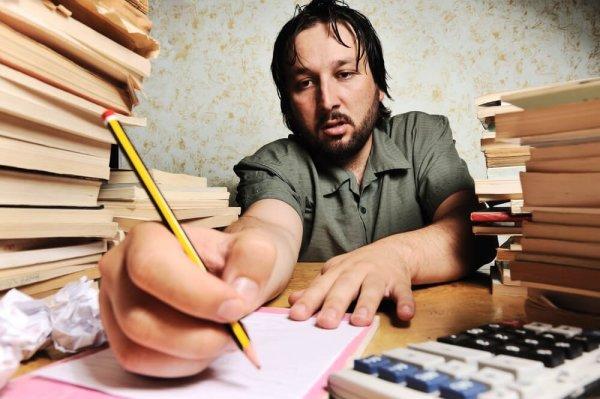 Företagare som jobbar hårt med bokföringen