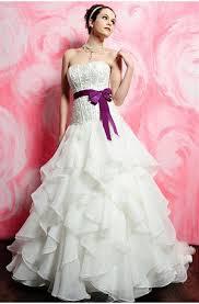 94157bf0ec2a Brudklänning är en klänning som uteslutande används i samband med bröllop  eller vigsel. Vitt är numera den traditionella färgen för brudklänning, ...