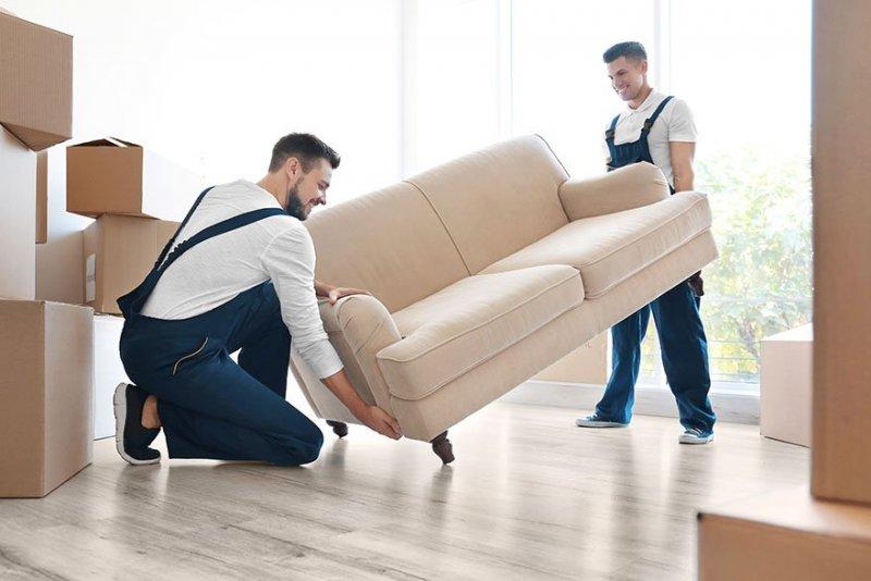 Två män hjälper till med flyttstäd i Stockholm.