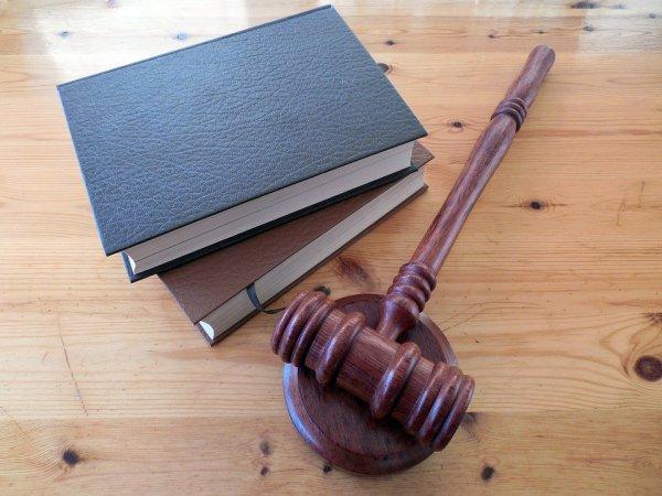 Domarklubba och böcker ligger på bord