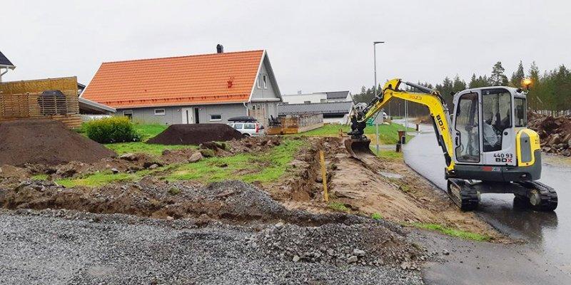 Grävmaskin gör en dränering i Norrbotten.